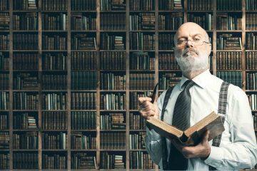 Signore con occhiali e libro in mano davanti a una libreria con molti tomi